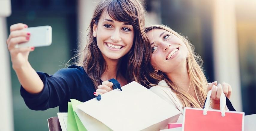 Девушки довольные покупкой